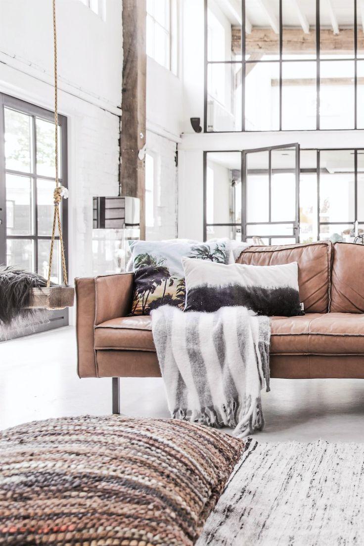 decoration-camel-blanc-et-noir-cosy-et-chaleureuse-dans-un-interieur-contemporain-parquet-vitrage-atelier-coussins-imprimes-canape-cuir-balancoire