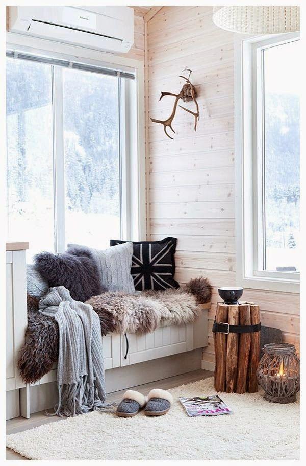 decoration-grise-blanc-et-noir-cosy-et-chaleureuse-dans-un-interieur-scandinave-parquet-coussins-imprimes-mur-lambris-bois-plaid-fourrure-table-basse-rondins-bois