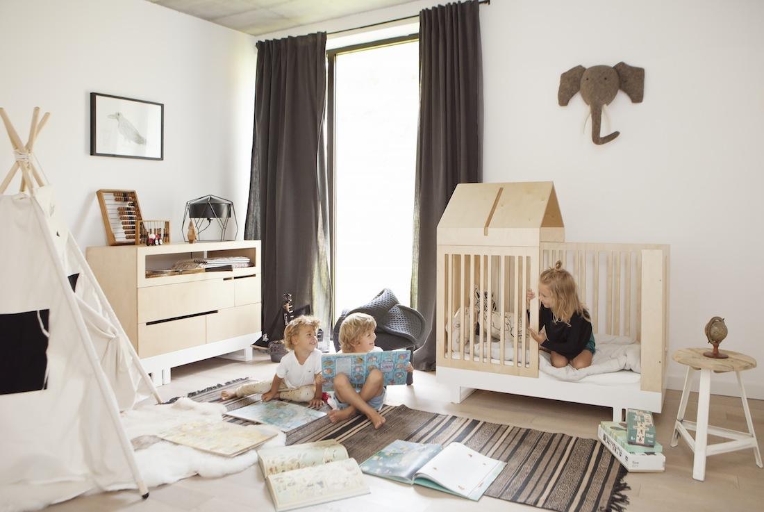 mobilier-ecologique-et-creatif-dans-une-chambre-enfant-minimaliste-lit-barreaux-cabane-commode