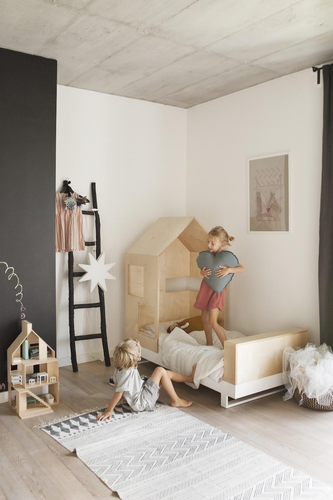 mobilier-ecologique-et-creatif-dans-une-chambre-enfant-minimaliste-lit-toit-en-bois-echelle-tapis-azteque