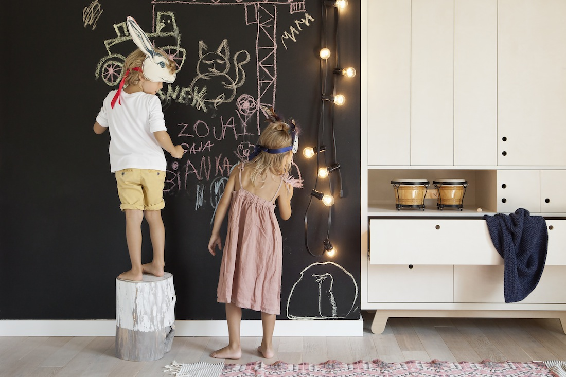mobilier ecologique et creatif enfant design minimaliste mur peinture ardoise armoire bois. Black Bedroom Furniture Sets. Home Design Ideas