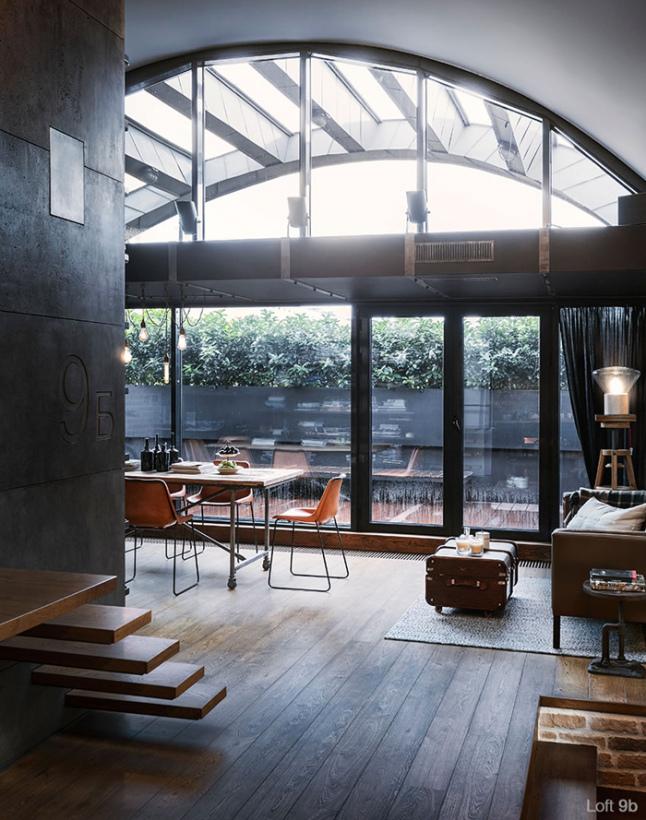 Salon avec une grande baie vitrée