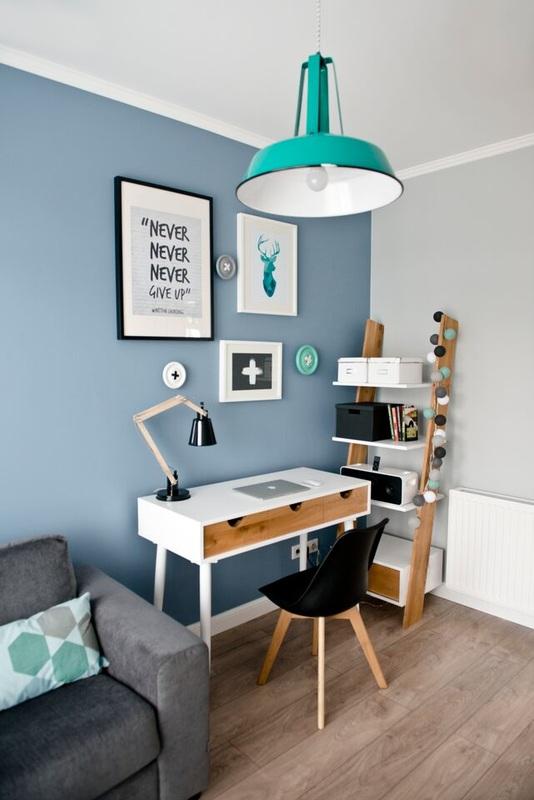 Coin bureau avec un mur bleu