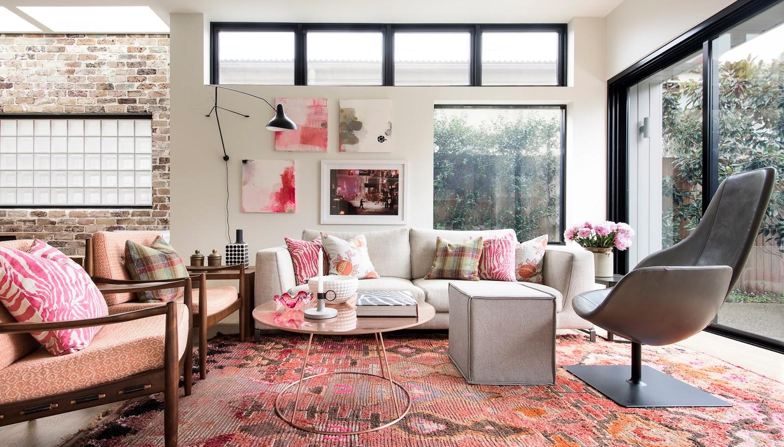 Déco d'un salon avec des touches de rose