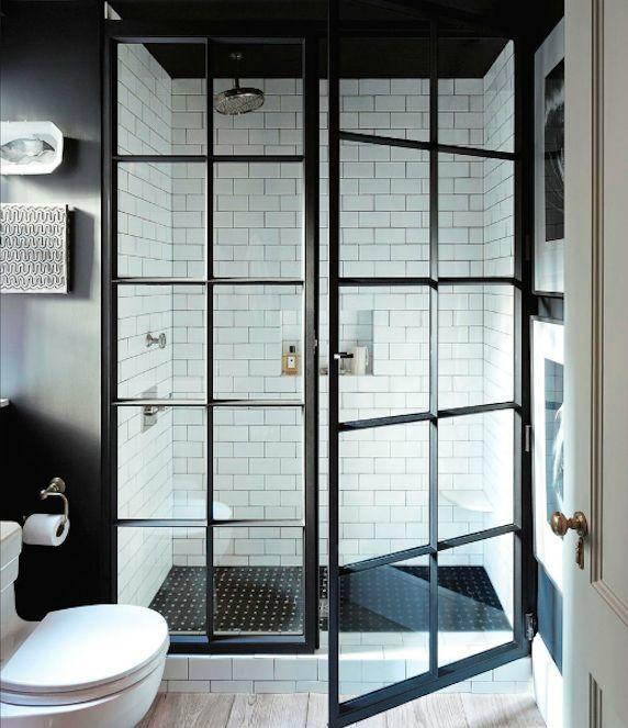 salle-bains-verriere-atelier-douche-carrelage-blanc-parquet-mur-noir