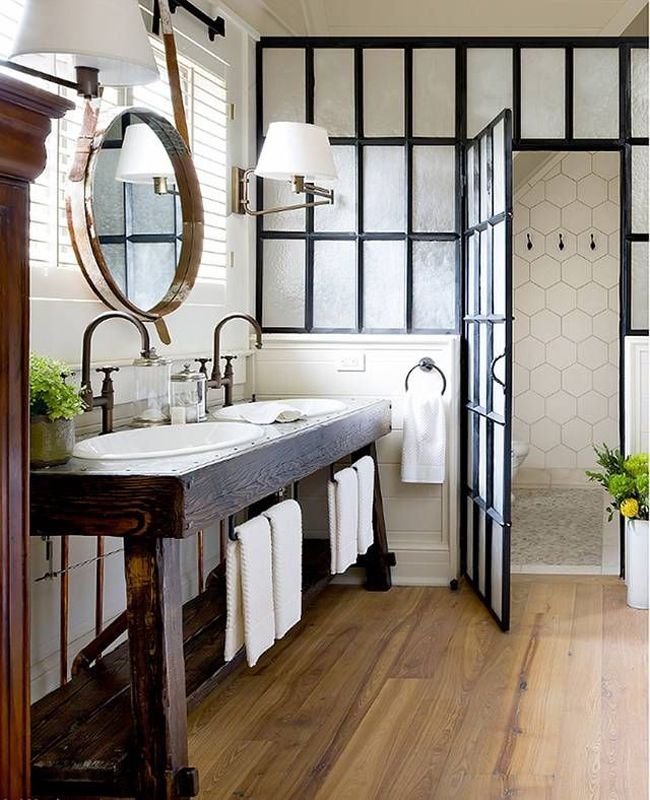 Salle de bains avec une verrière d\'atelier
