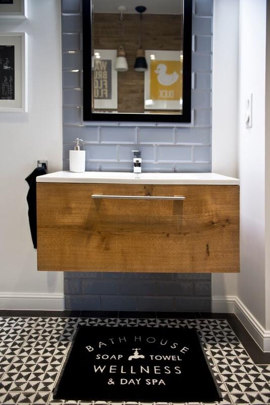 Salle de bain avec du carrelage noir et blanc