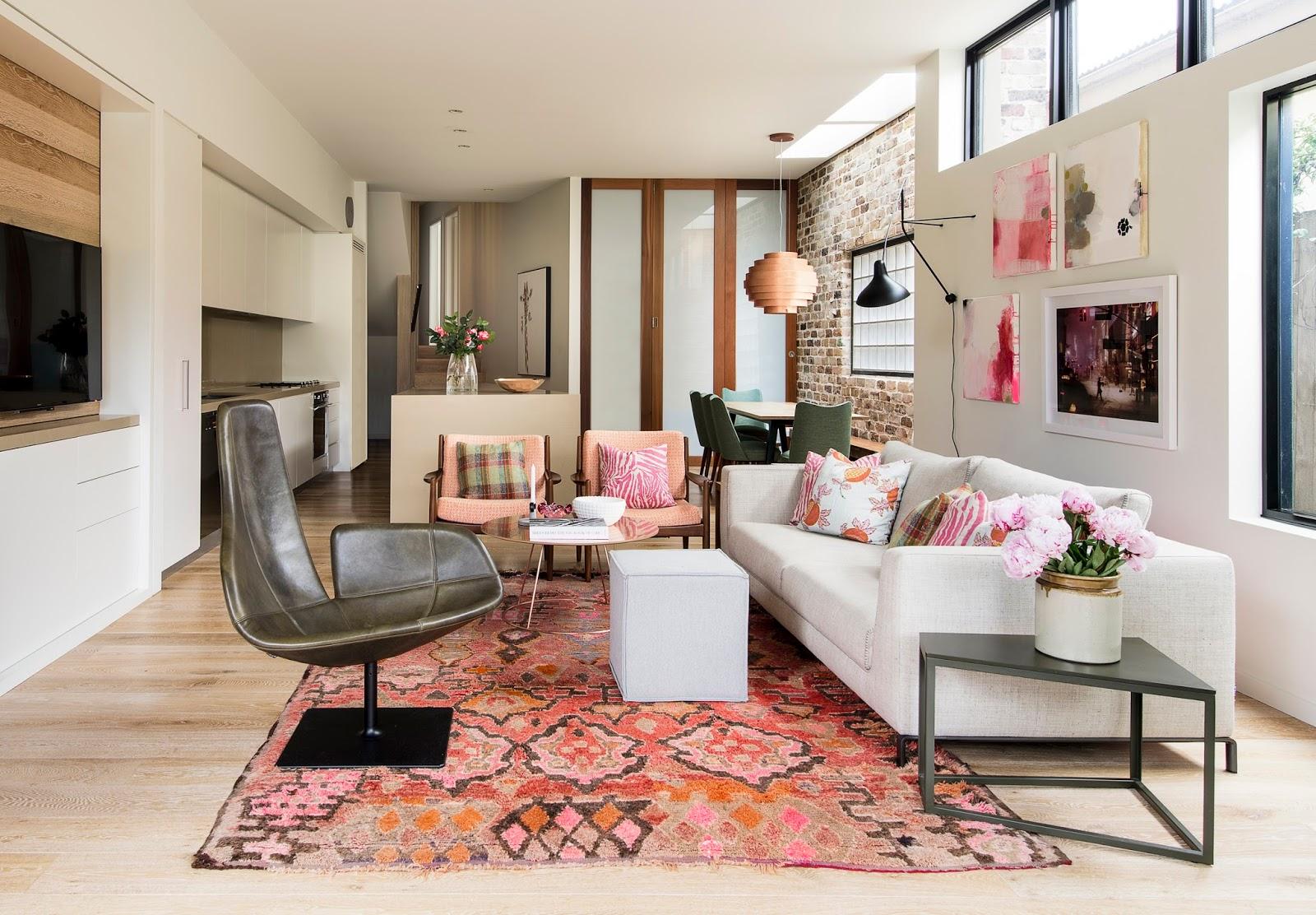 Salon avec une déco touche rose