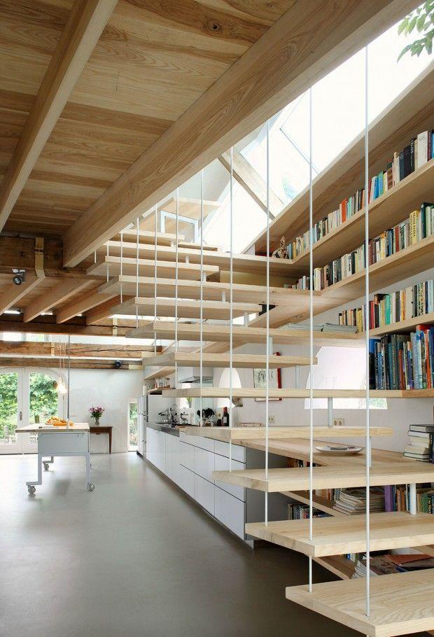 escalier-en-bois-design-bibliotheque-encastree-deco-toute-blanche