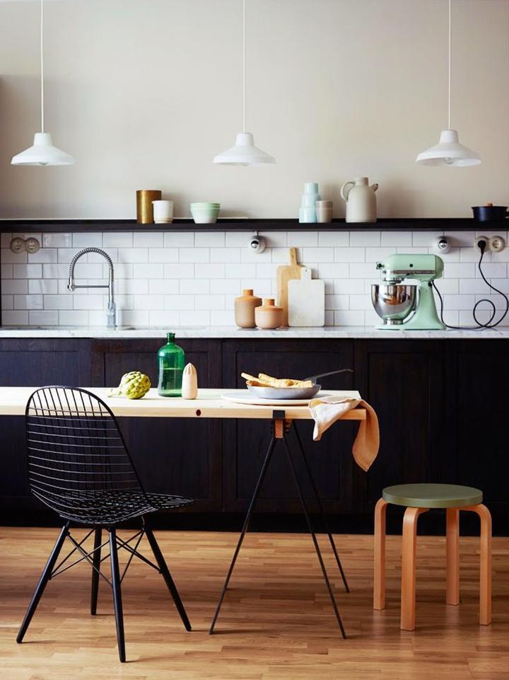 Cuisine equipee blanche design mur lambris bois gris sol parquet tapis tabouret scandinave bois for Cuisine blanc mur gris fonce