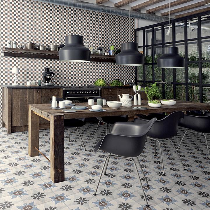 cuisine-equipee-mobilier-bois-fonce-credance-carrelage-mosaique-chaises-inspiration-eames-poutres-bois-apparentes-vitre-style-architecte