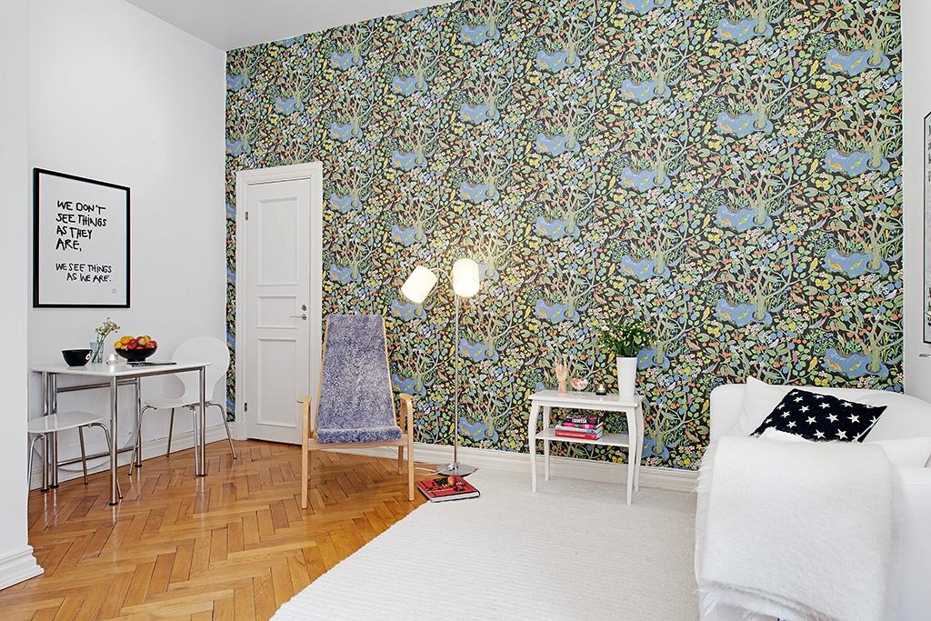 Intérieur scandinave avec du papier peint fleuri