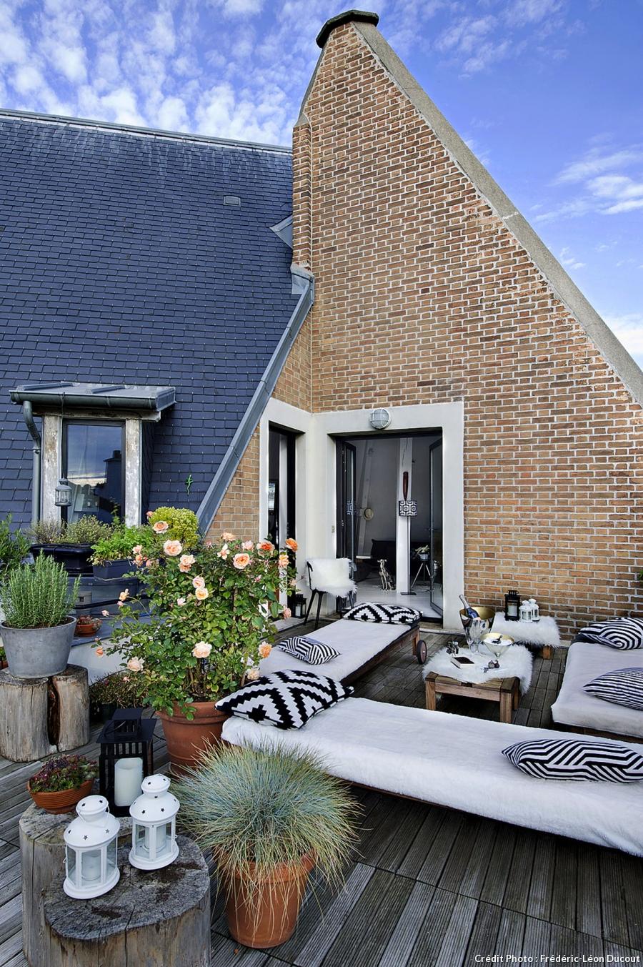 loft-sous-toit-paris-grande-terrasse-salon-exterieur-mur-briques-apparentes