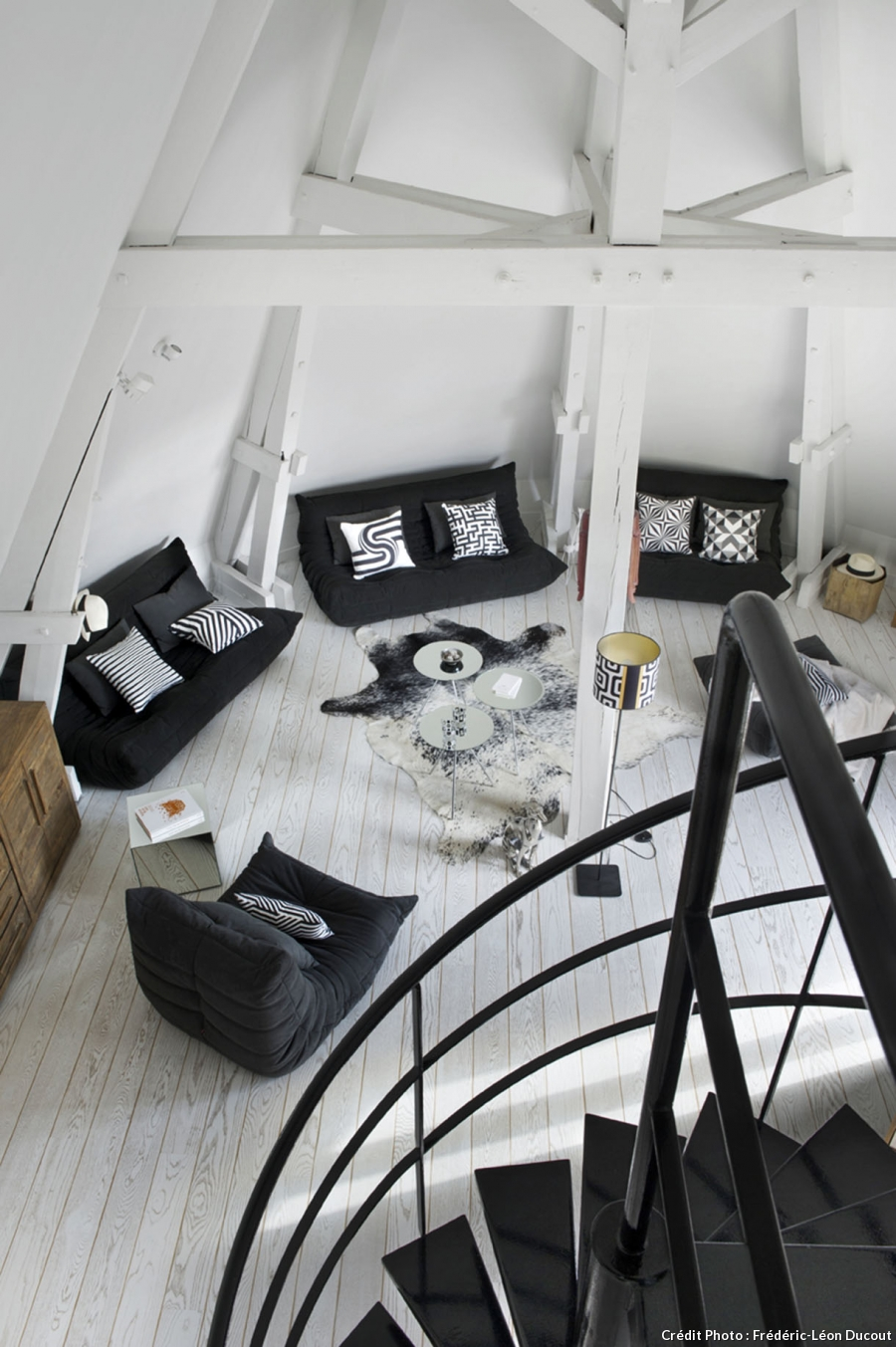loft sous toit paris mezzanine charpente apparente escalier colimasson parquet blanc salon. Black Bedroom Furniture Sets. Home Design Ideas