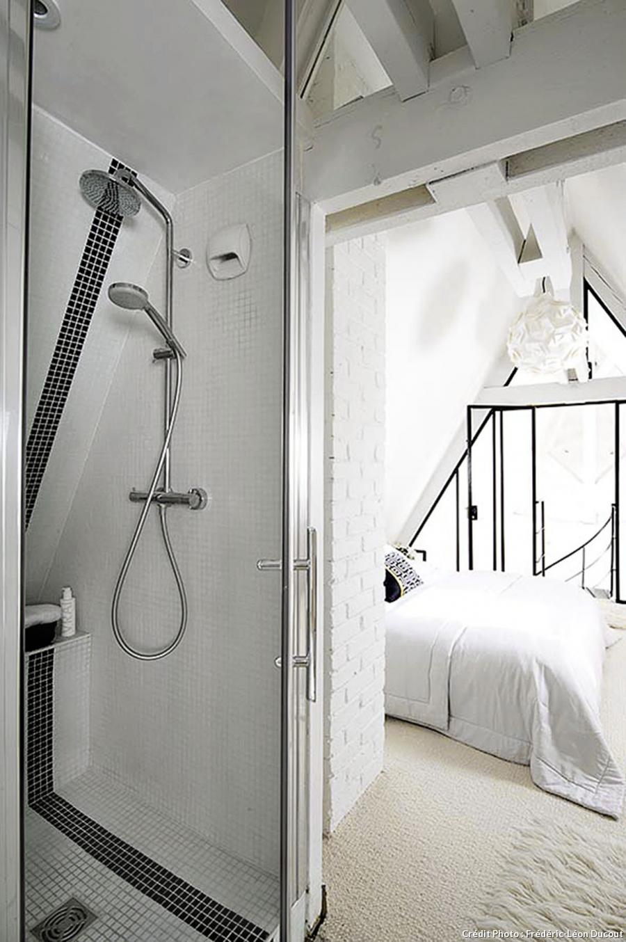 loft-sous-toit-paris-mezzanine-vitrage-atelier-chambre-toute-blanche-douche-mosaique-sol-carrele-bibliotheque