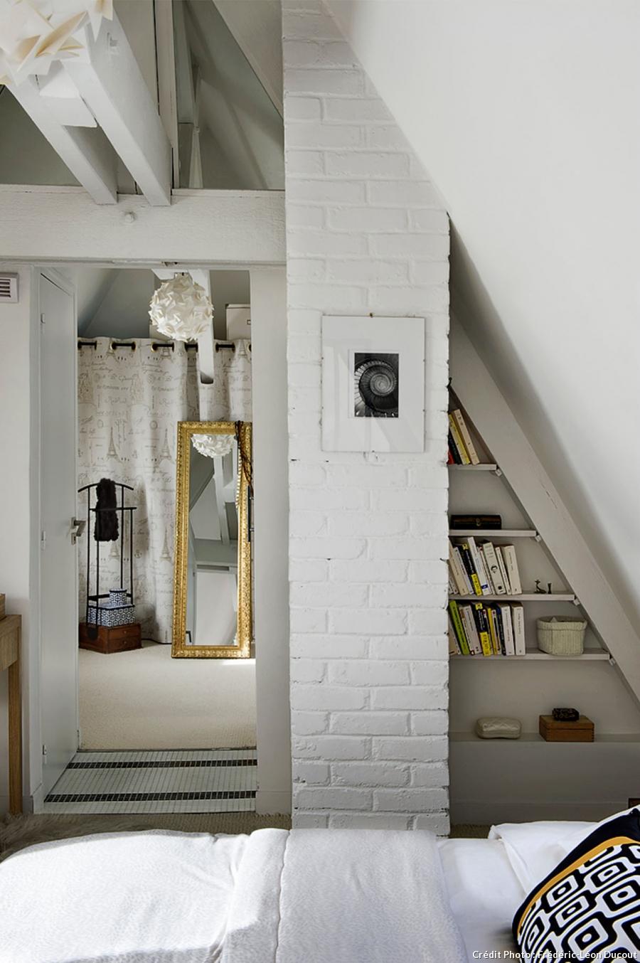 loft-sous-toit-paris-mezzanine-vitrage-atelier-chambre-toute-blanche-mur-briques-apparentes-sol-carrele-bibliotheque