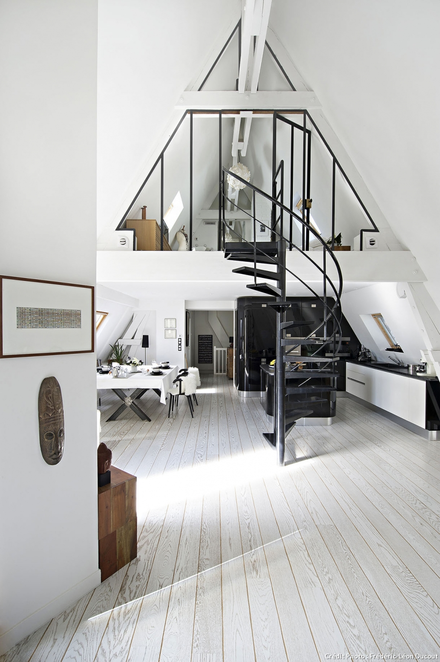 loft sous toit paris mezzanine vitrage atelier escalier colimasson parquet blanc cuisine equipee. Black Bedroom Furniture Sets. Home Design Ideas