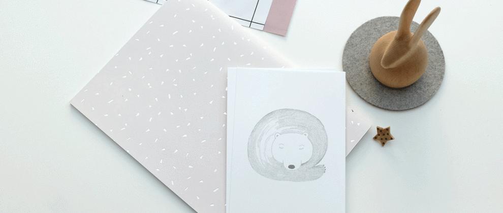 papeterie-cinq-grammes-grise-blanche-design-carte-imprimee-ours-papier-imprime-rose-pastel-presse-papier-bois-lapin