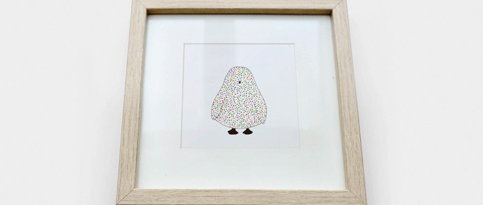 papeterie-cinq-grammes-grise-blanche-design-carte-imprimee-pinguin-pois-colores-cadre-bois