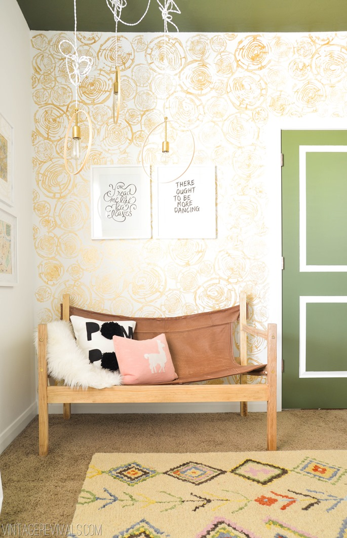 Papier peint fleuri dans une chambre de fille - Papier peint fille chambre ...