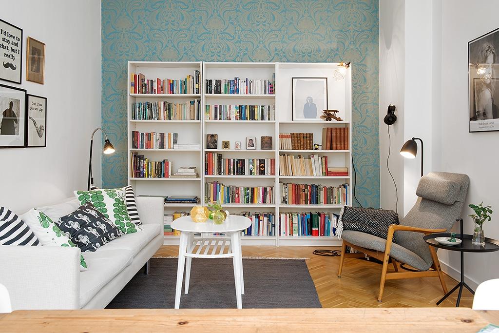 Salon blanc et papier peint à motif