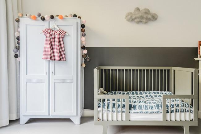 maison-deco-scandinave-amsterdam-chambre-enfant-chaise-bascule-eames-deco-blanche-armoire-ancienne-guirlande-lampions-parquet