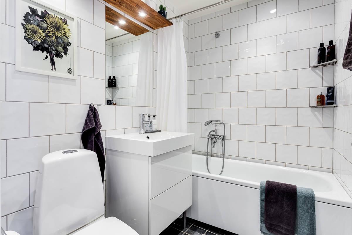 Salle de bains avec un carrelage blanc