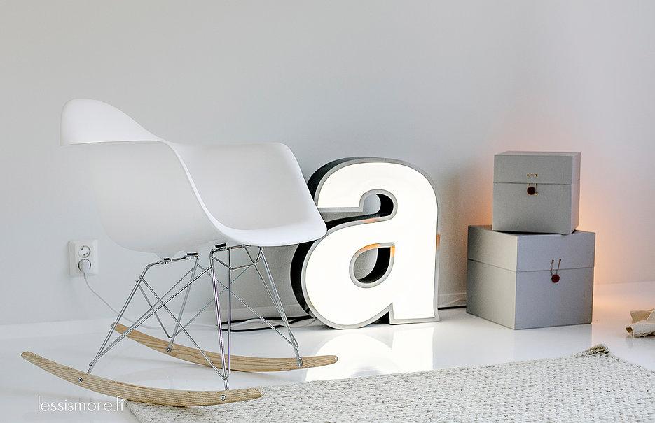 Chaise Eames à bascule et lettre lumineuse
