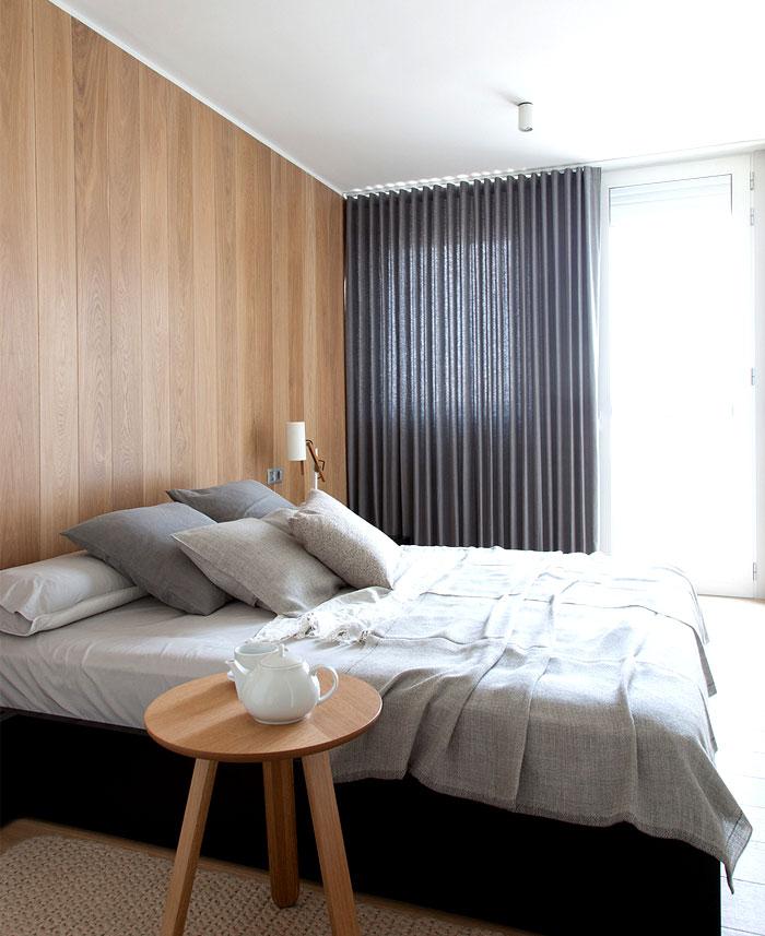 Chambre avec un mur en bois