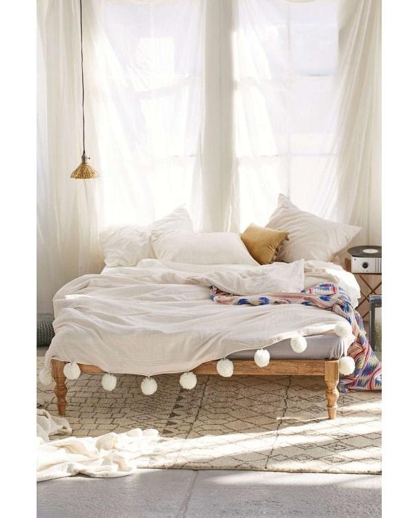 interieur-deco-style-boheme-chambre-blanche-coussins-imprimes-dessus-lit-blanc-pompons