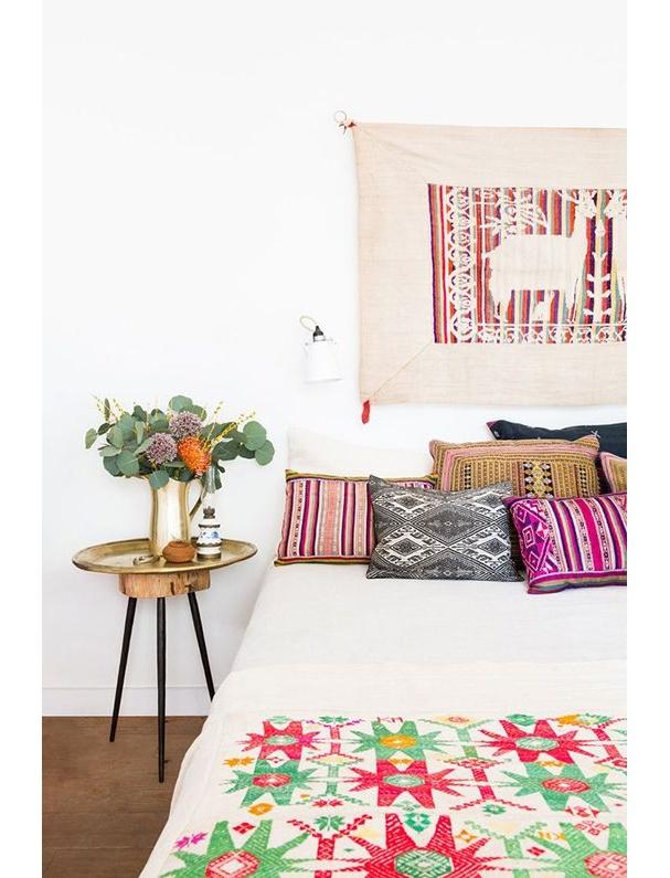interieur-deco-style-boheme-coussins-imprimes-dessus-lit-folkloriques-toile-tendue-mur