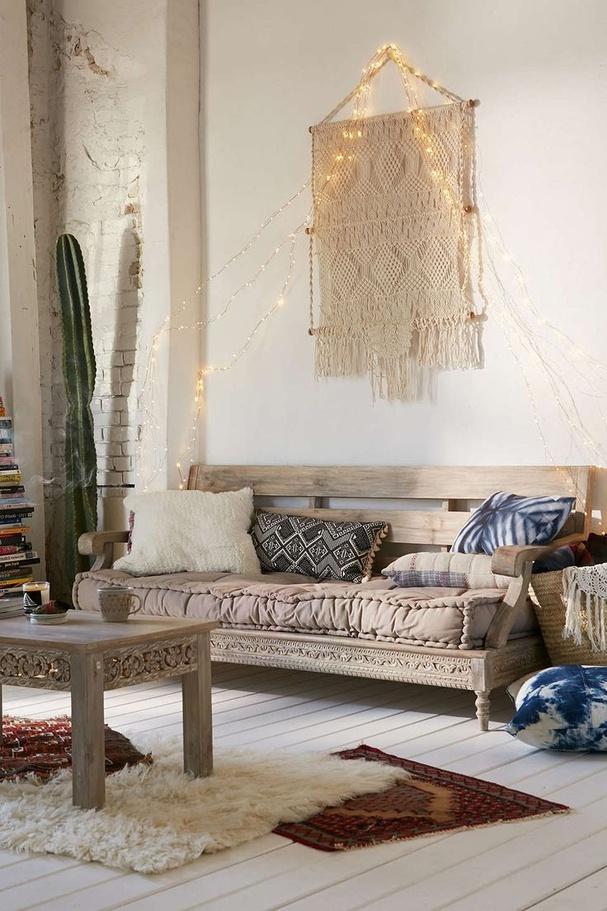 interieur-deco-style-boheme-salon-blanc-coussins-imprimes-deco-suspendue-macrame
