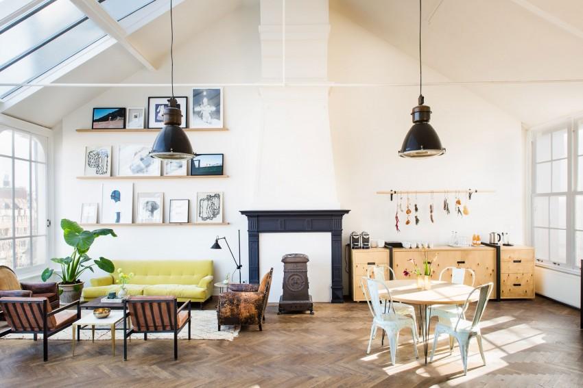 loft-lumineux-familial-parquet-tapis-cheminee-verriere-de-toit-mur-de-cadres-salon-canape-jaune-