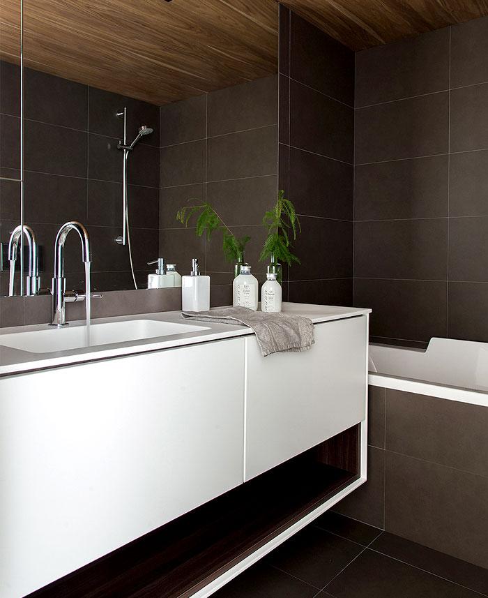 Salle de bains avec un carrelage noir