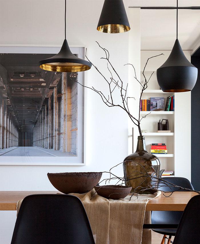 Salle à manger avec des lampes Tom Dixon