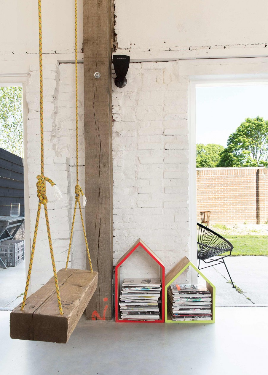 verriere-atelier-loft-sol-beton-cire-poutre-apparente-mur-briques-rouges-apparentes-balancoire-suspendue-salon-rangements-etagere-maison