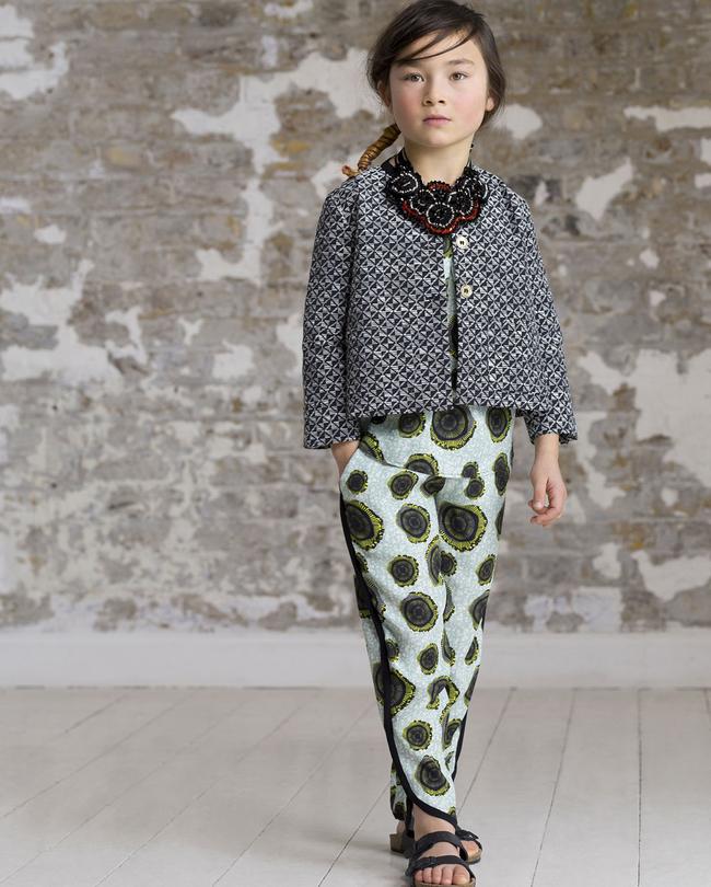 vetements-enfants-imprimes-inspiration-ethnique-blazer-iprimes-graphiques-pantalon-fluide-collier-plastron-perles-sandales-birkenstock