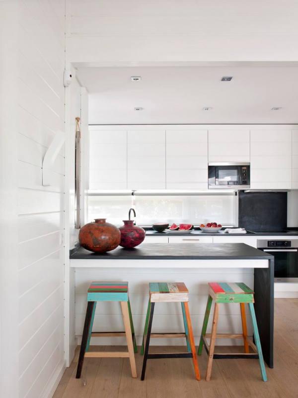 Cuisine ouverte avec des meubles blancs