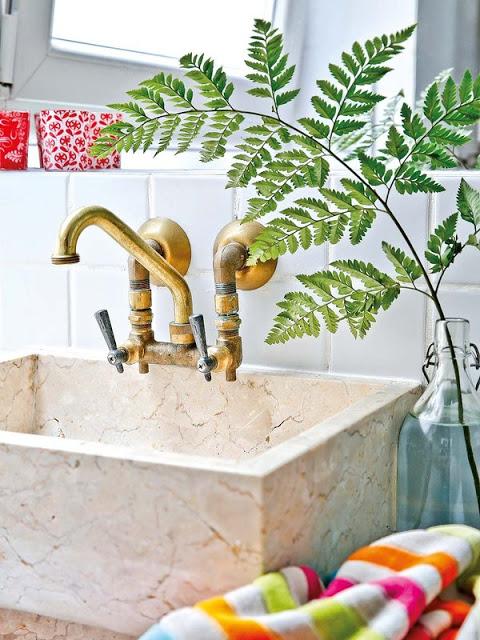 Lavabo avec une cuve en marbre