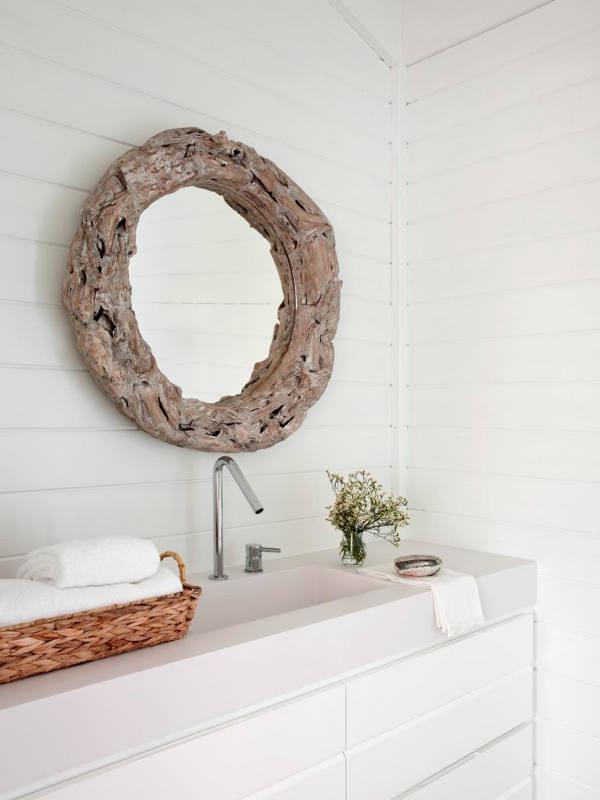 Salle de bain en blanc et bois