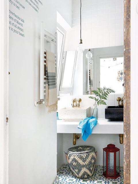 Salle de bain avec un carrelege en ciment