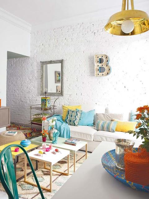 Salon avec mur en briques peintes