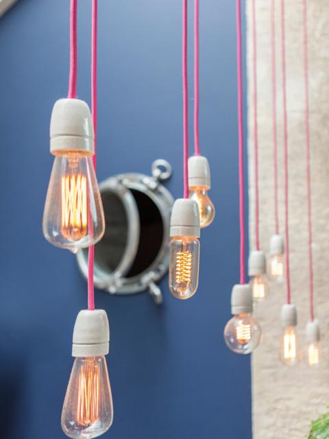 hangar-renove-loft-indudutriel-mur-bleu-roi-luminaire-ampoules-suspendues