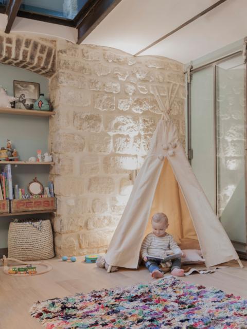 hangar-renove-loft-indudutriel-mur-pierres-apparentes-chambre-enfant-tipi