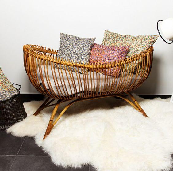 mobilier-rotin-berceau-tapis-fourrure-coussin-colore-sol-ardoise