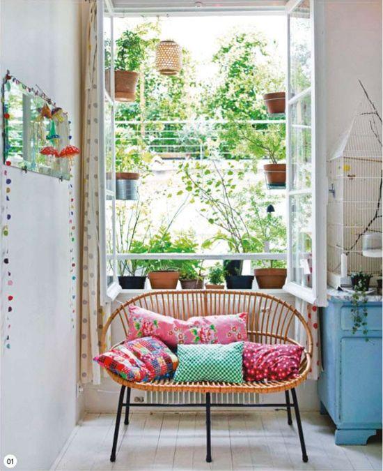 mobilier-rotin-canape-vintage-coussins-colores-jardinieres-urbaines