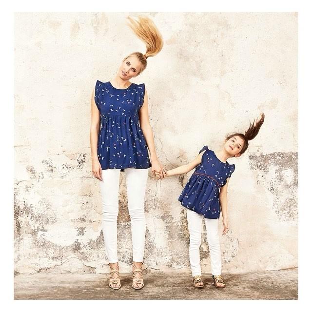 vetements-mere-fille-family-envie-de-fraise-blouses-ajourees-dos-nu-epaules-volantees-imprimes-oiseau-jeans-slim-blanc-sandales-beiges