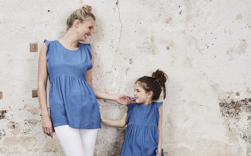 vetements-mere-fille-family-envie-de-fraise-blouses-ajourees-dos-nu-epaules-volantees-jeans-slim-blanc