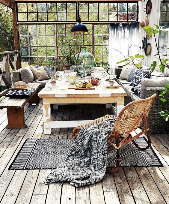 amenager-terrasse-verriere-style-atelier-chaises-rotin-banc-bois-familial-coussins-douillets-tapis-imprime-geometrique-