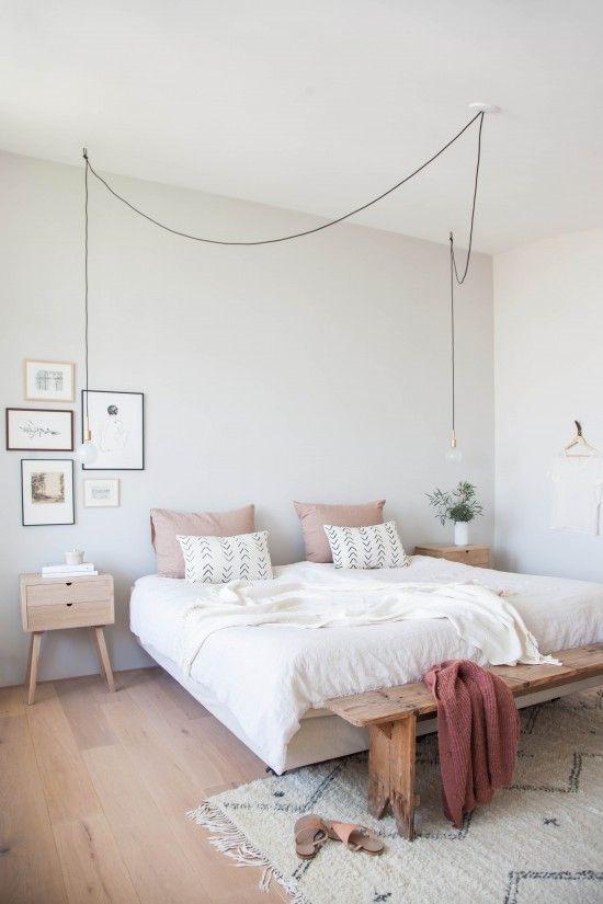 Chambre avec des supensions lumineuses en forme d'ampoule